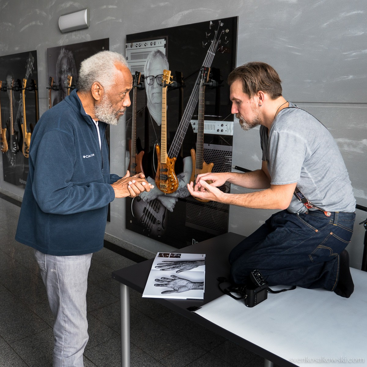 Marc showing bass legend Chuck Rainey his concept, using a very early prototype of the HANDS book. (Photo: Sven Kosakowski)